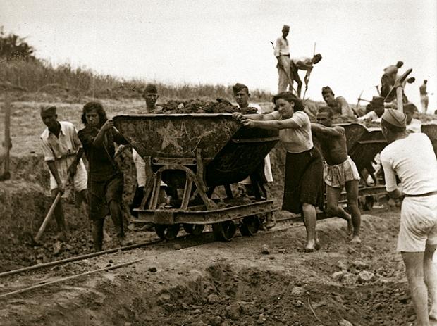 Izgradnja_pruge_Brcko_Banovici_1946.