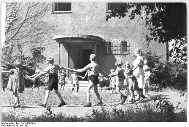 Bundesarchiv_Bild_183-20350-0001,_Magdeburg-Friedensweiler,_Blick_vor_einen_Kindergarten.jpg