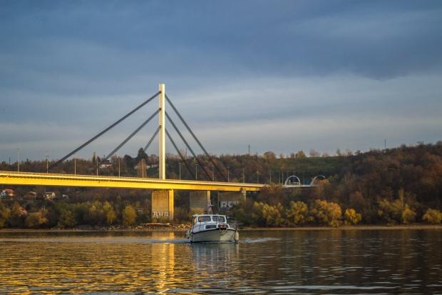 Dunav_i_Fruska_Gora,_Novi_Sad.jpg